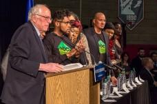ברני סנדרס לצד פאנל של פעילים בארגונים לשוויון, לזכויות שחורים ולמען השכונות באירוע בבית ספר תיכון במיניאפוליס, מינסוטה. 12 בפברואר 2016. (צילום: Tony Webster, פליקר CC BY-SA 2.0)