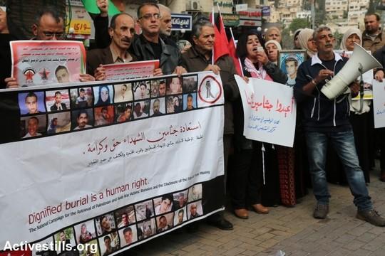 מפגינים פלסטינים מוחים על הסירוב של ישראל להחזיר את גופותיהם של עשרות פלסטינים שנהרגו בזמן שביצעו פעולות טרור או אלימות כלפי ישראלים במהלך גל המתיחות האחרון. שכם, 3 בדצמבר 2015. אחמד אל-באז/אקטיבסטילס