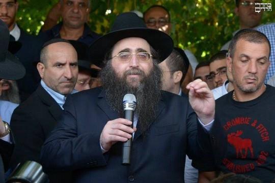 הרב פינטו עם חסידיו במסע לקבר הפלא יועץ. (צילום: משה גולדשטיין, בחדרי חרדים)