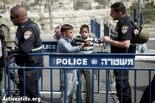 ילדים פלסטינים במחסום בוואדי ג'וז בירושלים המזרחית (שירז גרינבאום/אקטיבסטילס)