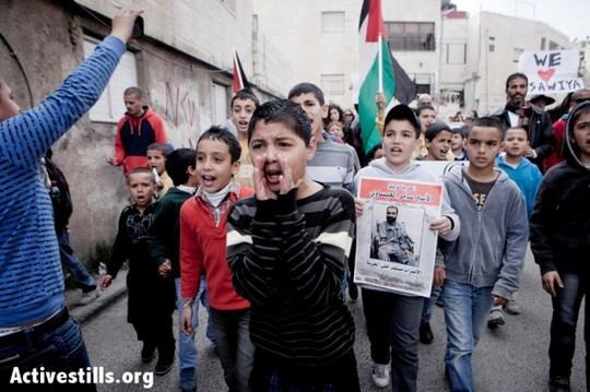 ילדים משתתפים בהפגנה בשכונת עיסאוויה במזרח ירושלים. השכנה סובלת פעמים רבות מסגר שמוטל עליה כענישה קולקטיבית. (שירז גרינבאום/אקטיבסטילס)