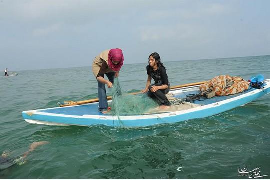 """""""הלוואי שאוכל להישאר כאן עם הים"""". נסרין קולאב ורשת הדיג בחוף עזה (באדיבות אתר We Are Not Numbers)"""