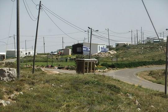 המאחז עמונה שהוקם על מאות דונמים של אדמה שנגזלה מבעליה הפלסטינים. (צילום: יעקב, ויקימדיה CC BY-SA 3.0)