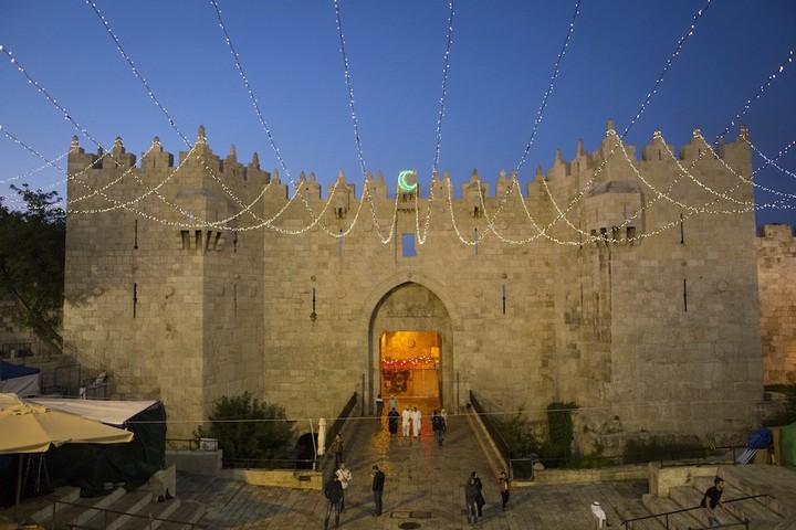 פלסטינים מגיעים מכיוון הגדה המערבית להתפלל במסגד אל אקצא בירושלים, ביום השישי השני של חודש הרמדאן. 26 ביוני, 2015. (אקטיבסטילס)
