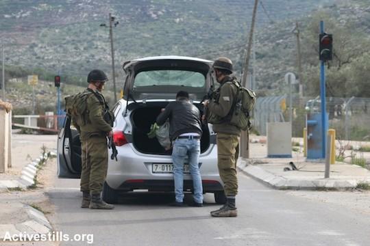 חיילים עורכים חיפוש ברכב במחסום ענבתא שמפריד בין שכם לטול כרם. 11 בינואר 2016 (אחמד אל-באז/אקטיבסטילס)
