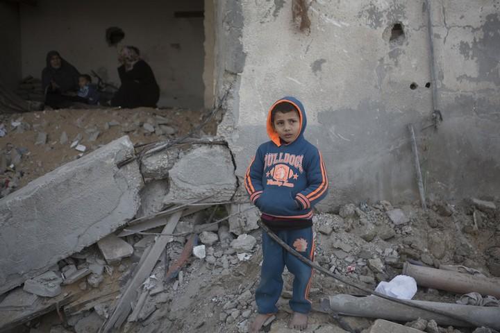 ילד פלסטיני עומד כשמאחוריו ביתו שנהרס במהלך המתקפה על עזה בקיץ 2014. שכונת תופאח, העיר עזה. 9 בפברואר 2015. (אן םאק/אקטיבטיסלס)