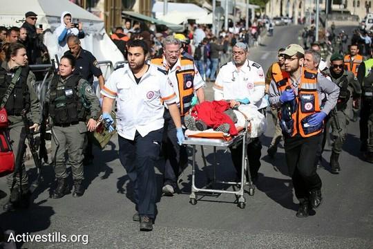 """צוות מד""""א מפנה שוטרת שנפצעה בהתקפה של שלושה פלסטינים בשער שכם (פאיז אבו-רמלה / אקטיבסטילס)"""