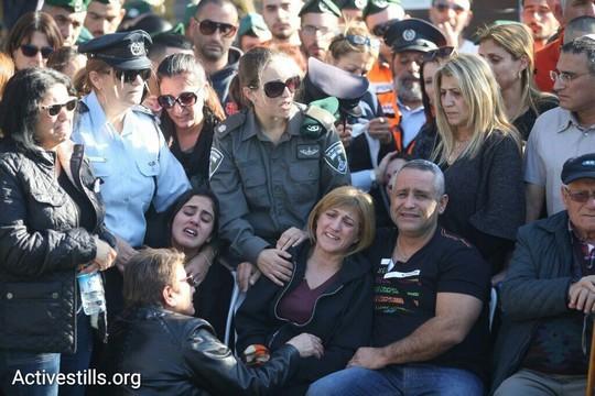 """בני משפחתה של הדר כהן, שוטרת מג""""ב שנהרגה בהתקפה בשער שכם, בהלוויתה (אורן זיו / אקטיבסטילס)"""