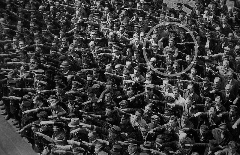 האם יעמוד לנו הכוח המוסרי להיות האיש הזה? התמונה שבה מונצח אוגוסט לנדמסר כשהוא מסרב להצדיע במועל היד הנאצי