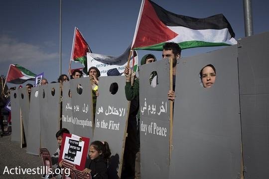 פעילי לוחמים לשלום בהפגנה במחסום המנהרות עם מיצג חומה (אורן זיו / אקטיבסטילס)