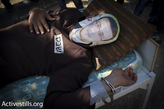 מפגין מחופש לשובת הרעב מוחמד אלקיק, בלעין (אורן זיו / אקטיבסטילס)