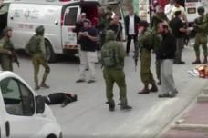 אנשי הרפואה שעמדו מנגד בזמן שחייל ירה בראשו של פצוע