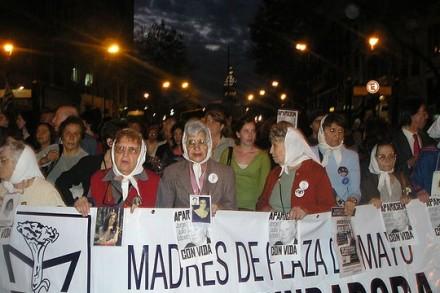 """""""האימהות של כיכר מאי"""", אימהות הנעלמים, מפגינות כל השנים בדרישה לדעת מה עלה בגורל יקיריהן. הפגנה בשנת 2006. (צילום: Roblespepe, ויקימדיה CC BY-SA 3.0)"""