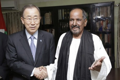 """מזכ""""ל האו""""ם, באן קי מון, עם מנהיג מחתרת פוליסריו, מוחמד עבד אל-עזיז, במחנה פליטים ליד טינדוף, אלג'יריה (משרד מזכ""""ל האו""""ם)"""
