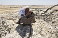 אדם יושב על הריסות ביתו, ואדי אל-נעם, הנגב (אקטיבסטילס)