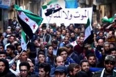 """הפגנה בשכונת א-סכרי בעיר חלב אתמול. על השלט כתוב: """"[אנו מעדיפים] מוות על פני השפלה"""" (צילום מסך)"""