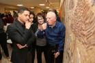 מלך ברגר עם ראש עיריית באר שבע, רוביק דנילוביץ', בתערוכה של האמן (דוברות עיריית באר שבע)