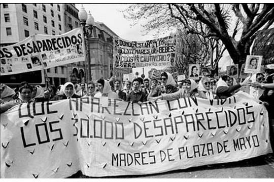 """""""האימהות של כיכר מאי"""" אימהות הנעלמים מפגינות בשנת 1982 בדרישה לדעת מה עלה בגורל יקיריהן. (ויקימדיה CC BY-SA 3.0)"""