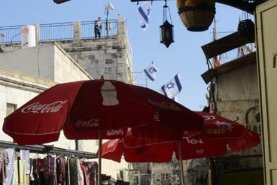 דגלי המתנחלים מעל לרובע המוסלמי בירושלים (צילום: תמר פליישמן)