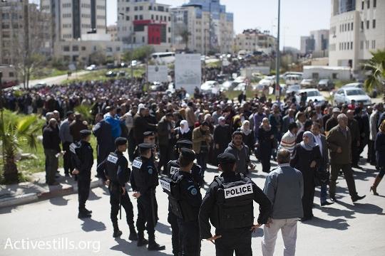 שוטרים פלסטינים מול הפגנת המורים השובתים ברמאללה (אורן זיו / אקטיבסטילס)