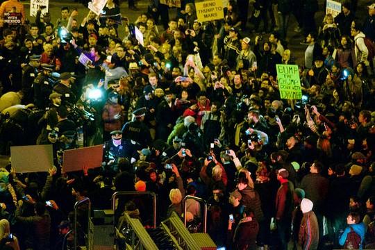 עימותים בשיקגו בין מפגינים נגד טראמפ לבין תומכיו (nathanmac87 CC BY 2.0)