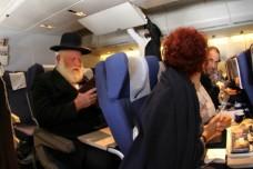 חרדי לצד אישה במטוס (צילום: ליפא שטאובר, בחדרי חרדים)
