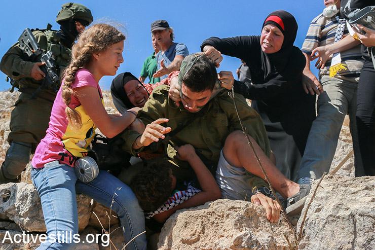 בנות משפחת תמימי מונעות את מעצרו של מוחמד תמימי, 12, במהלך ההפגנה השבועית נגד הכיבוש בכפר נבי סאלח, הגדה המערבית, 28 באוגוסט 2015. (אקטיבסטילס)
