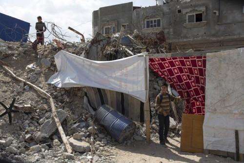 ילדים במחסה מאולתר, עזה, מרץ 2015 (אן פאק / אקטיבסטילס)