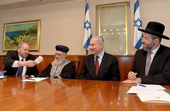 """הרבנים הראשיים, בנימין נתניהו וג'אבר חוסיין, מכירת חמץ 2015 (חיים צח, לע""""מ)"""