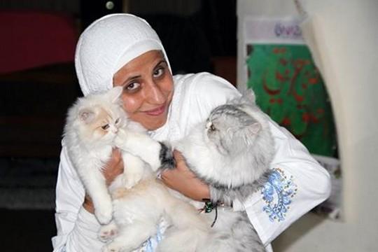 כוחות משטרה פרצו לביתה בארבע לפנות בוקר ועצרו אותה בשל שיר שכתבה. המשוררת דארין טאטור וחתולים
