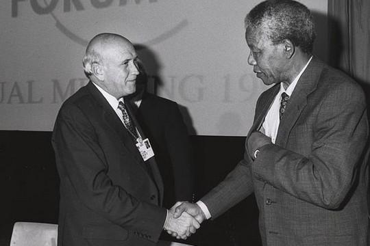 נלסון מנדלה עם פרדריק דה קלרק בפורום הכלכלי העולמי בדאבוס (צילום: הפורום הכלכלי העולמי CC BY-SA 2.0)