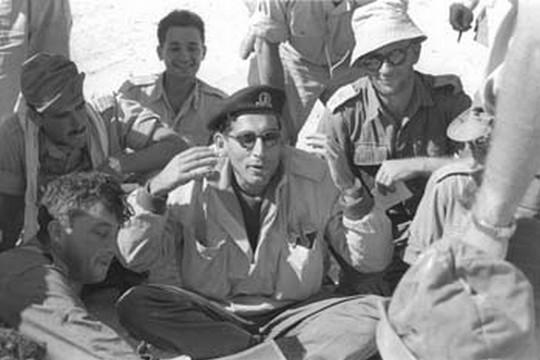 """תאוות דם ופשע מאורגן, מסע חיים שמסתיים בצמרת ממשלת ישראל. רחבעם זאבי במהלך מבצע קדש, 1956, לפני הכניסה למעבר המתלה (מתוך ארכיון צה""""ל)"""