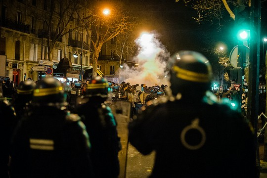 """שוטרים מול מחאת """"לילות בעמידה"""" בפריז (Georges p CC BY-NC-ND 2.0)"""
