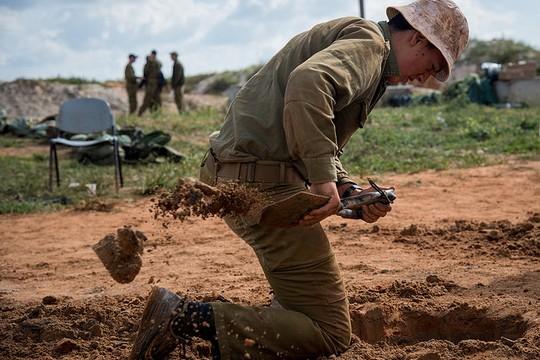 """חייל הנדסה קרבית באימון, חופר (דובר צה""""ל)"""