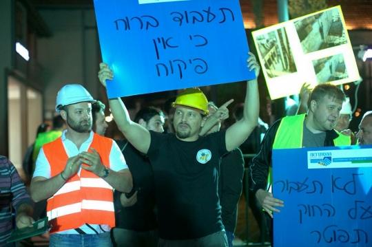 עובדים במחאה על תנאי העסקת מנופאים (יותם רונן / אקטיבסטילס)