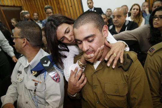 אלאור אזריה, החייל היורה מחברון, בדיון הארכת מעצר, ואמו (AFP POOL)