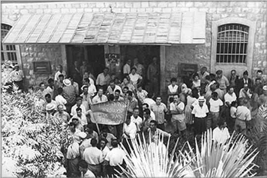 תושבי ואדי סאליב מפגינים מול מטה המשטרה בחיפה ב-9 ביולי 1959 (צילום: משטרת ישראל, ארכיון המדינה)