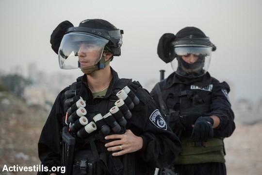"""הכדורים הכחולים לא הצליחו """"לנטרל"""" מפגינים, אז הכניסו לשימוש כדורים כבדים פי שניים. שוטרי מג""""ב חמושים בכדורי ספוג שחורים. מזרח ירושלים. 12 בנובמבר 2014. (פאיז אבו רמלה/אקטיבסטילס)"""