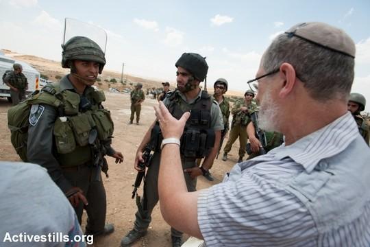 """רבנים למען זכויות האדם ושוטרי מג""""ב בדרום הר חברון, 2012 (ריאן רודריק ביילר / אקטיבסטילס)"""