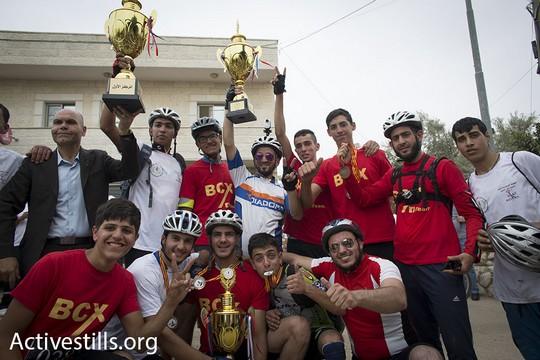 """שלושת המנצחים ב""""רכיבת השיבה"""" עם הבגיעים. מוקדם יותר נעצר הפעיל עבדאללה אבו רחמה. 13 במאי 2016 (אורן זיו/אקטיבסטילס)"""