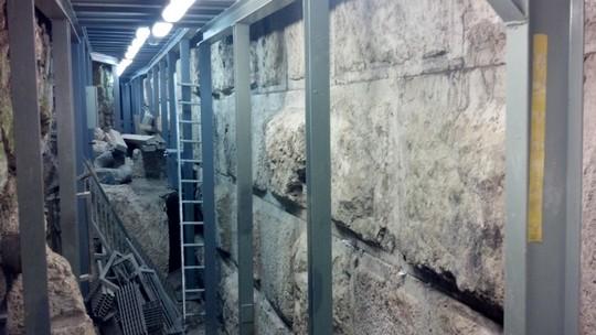 """פתאום החלו לשים פתקים. קצה המנהרה המובילה מחניון גבעתי למרגלות הכולת (באדיבות """"עמק שווה"""")"""