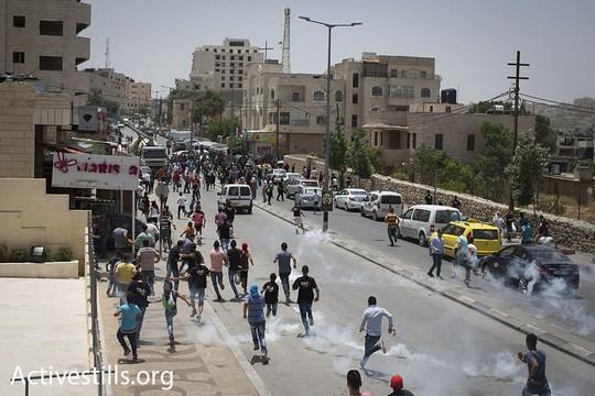 """חיילים ירו גז מדמיע לעבר תהלוכת """"רכבת השיבה"""" המתקרבת לכיוון החומה. יום הנכבה 2016. (אורן זיו/אקטיבסטילס)"""