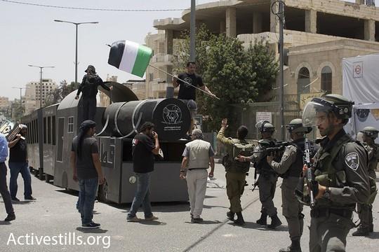 חיילים ושוטרים עוצרים את רכבת השיבה המתקרבת לחומה. יום הנכבה 2016. (אורן זיו/אקטיבסטילס)