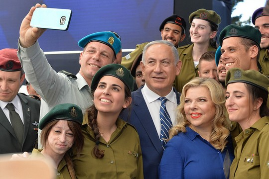 """שרה ובנימין נתניהו עם חיילים ביום העצמאות (קובי גדעון, לע""""מ)"""