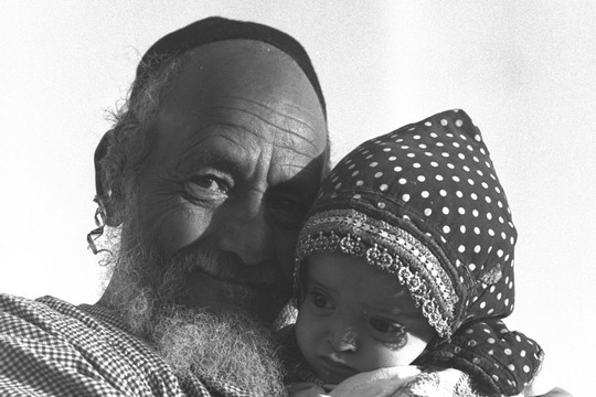 סבא ונכד, מחנה חאשד, תימן, 1949 (דוד אלדן, אוסף התצלומים הלאומי)