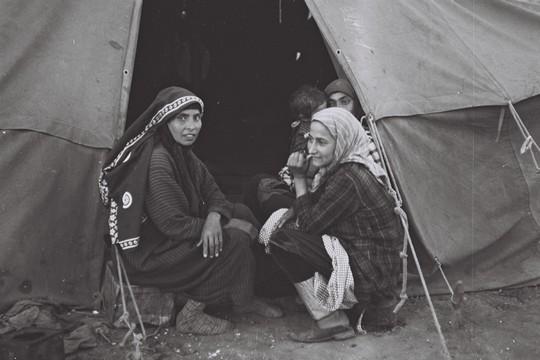 נשים בכניסה לאוהל, מחנה חאשד, תימן, 1949 (דוד אלדן, אוסף התצלומים הלאומי)