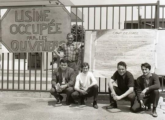 """פועלים שובתים בדרום צרפת עם השלט """"הפועלים השתלטו על המפעל"""", יוני 1968 (BeenAroundAWhile CC BY-SA 3.0)"""