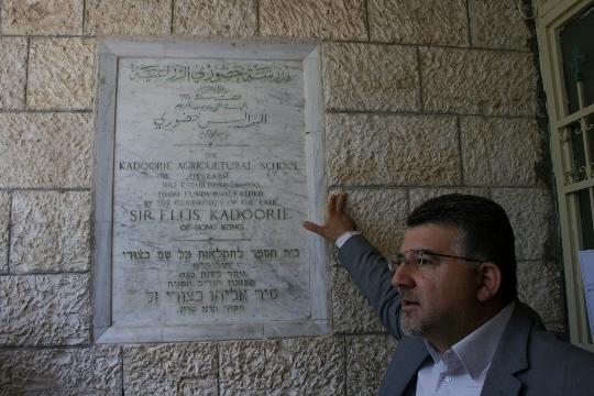 """ח""""כ יוסף ג'בארין ליד השלט לכבוד מייסד בית הספר החקלאי, אליאס כדורי (חגי מטר)"""
