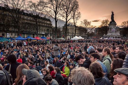 """""""לילות בעמידה"""" - מפגינים בכיכר הרפובליקה בפריז, 10 באפריל 2016 (Olivier Ortelpa CC BY 2.0)"""