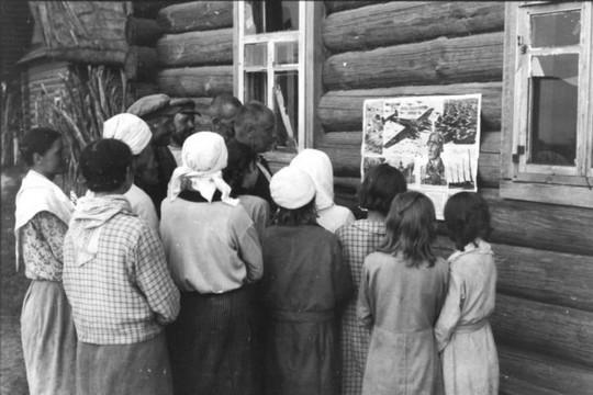 אזרחיות קוראות תעמולה נאצית. ברית המועצות, מלחמת העולם ה-2.